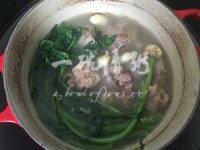 筒骨蒿菜煲,将炒好的蒿菜放入筒骨烧至的锅中,加盖小火焖5分钟,