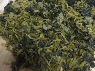 雪菜竹笋肉丝,将肉切丝洗净沥干水分,雪菜洗净切成末沥干水分,竹笋洗净切片(或切丝);
