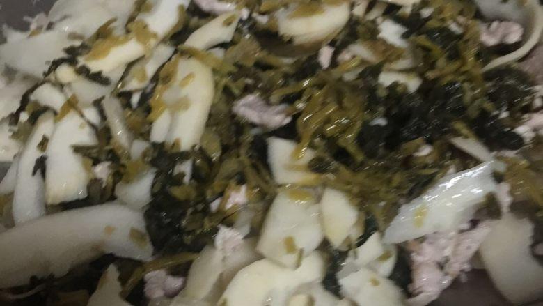 雪菜竹笋肉丝,至竹笋煸透(有一点呈透明状),加入雪菜;