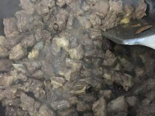 一菜多用,省时省力的红烧牛肉,将料先放入翻炒几下,放入牛肉继续翻炒,改大火,将牛肉水分炒干,入料酒,冰糖或白糖,炒至糖化
