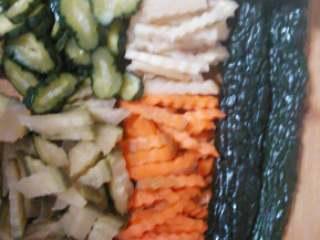 自制腌菜咸菜,用刀和切花刀,把咸菜切成自己喜欢的形状。