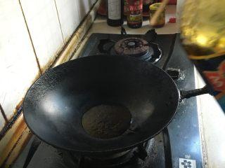 暖阳面(番茄鸡蛋面),锅烧热下油