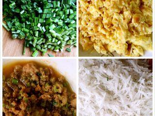 鸡蛋粉丝韭菜盒子,将鸡蛋打散煎好切碎,猪肉剁碎放锅里煸香,韭菜洗净切丁,粉丝用热水泡软切碎。