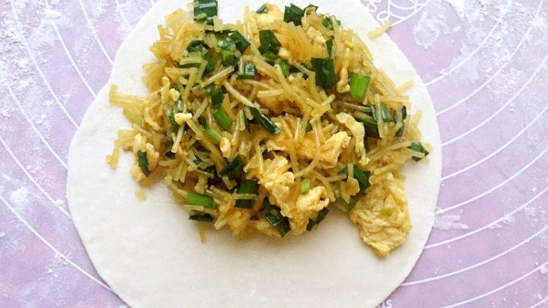 鸡蛋粉丝韭菜盒子,圆皮一边放馅料,不要太多,太多不好包,容易露馅。