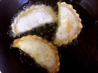 鸡蛋粉丝韭菜盒子,油锅烧七成热,关小火,下韭菜盒子煎至两面金黄色捞出。