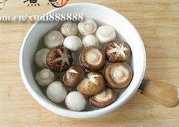 蚝油双菇西兰花,西兰花、香菇和蘑菇分别入沸水焯2分钟,捞出过凉沥水;