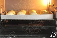 照烧花枝包,送入38度的烤箱,下面加一盘开水,发酵40分钟左右;