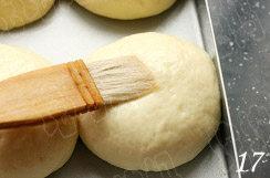 照烧花枝包,用毛刷在面团表面均匀的刷上适量蛋清;