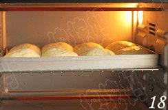 照烧花枝包,烤箱预热,上下火180度烤25-28分钟,上色后加盖锡纸;