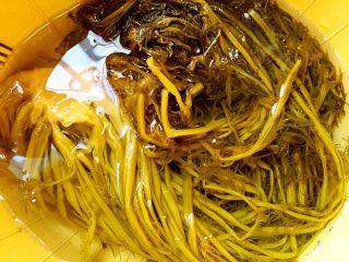雪里蕻炒笋丝,菜场买的腌好的雪里蕻,洗净泡水一个小时,去咸味。
