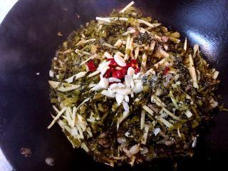 雪里蕻炒笋丝,下雪里蕻一起翻炒,炝料酒,放辣椒蒜蓉炒片刻,调味即可。