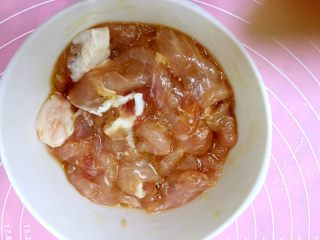 三鲜麦虾,猪瘦肉切薄片,放料酒,生抽,鸡蛋清抓匀腌制一会。