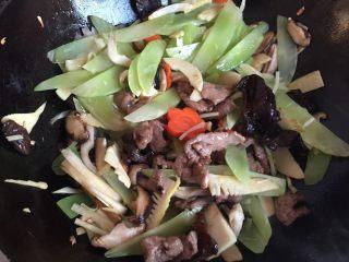 三鲜麦虾,逐步下平菇,胡萝卜,笋片,黑木耳,莴笋翻炒,炝料酒,炒至七成熟时加肉片翻炒片刻,调味盛出。