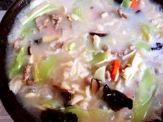 三鲜麦虾,盖锅盖稍煮,等面疙瘩浮起就熟了,放入炒好的蔬菜,稍煮片刻调味即可。