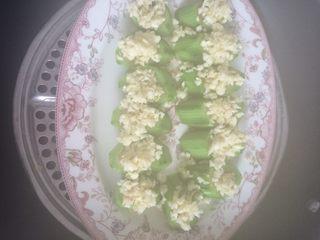 蒜蓉蒸丝瓜,蒜蓉丝瓜摆放好盘子里,在放开水锅里蒸熟。