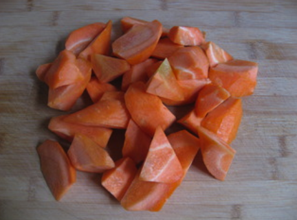 私房红焖羊肉,胡萝卜去皮切滚刀块备用