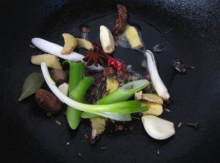 私房红焖羊肉,起油锅,加入所有调料炝锅