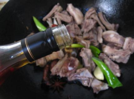 私房红焖羊肉,加入适量葡萄酒,翻炒一会