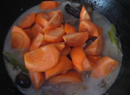 私房红焖羊肉,加入胡萝卜块