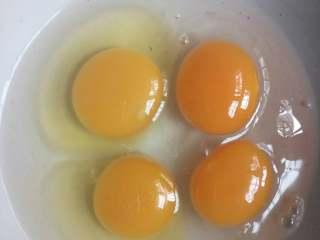 笋尖鸡蛋饼,鸡蛋放点盐打散