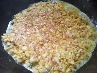 笋尖鸡蛋饼,锅里多放点油,把鸡蛋煎成两面金黄即可