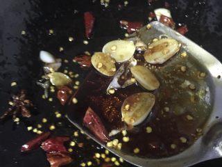 蓑衣黄瓜,接着放入生抽、老抽、醋、糖、蚝油、盐