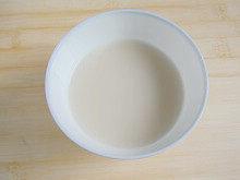 手工白雪馒头,酵母倒进35度左右的温开水里,静置5分钟。
