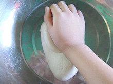 手工白雪馒头,用手腕的力量为重心,把面团反复的揉