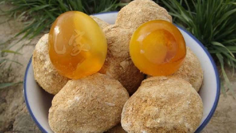 五彩三色蛋,河南变蛋中原地区一种传统的风味蛋制品,它不但是色香味美、而且还有一定的 用价值:能泻热、醒酒、去大肠火,治泻痢,能散能敛,可治眼疼、牙疼、高血压、耳鸣眩晕等疾病。 河南变蛋之所以有特殊风味,是因为经过强碱作, (变蛋的制作方法) 需要的材料:鸡蛋,生石灰,碱,水,锯沫 制作过程:把水烧开等到水温凉到能下手的时候放碱,放碱的多少要用鸡蛋来试着放,碱的量以放一个鸡蛋下去大概露出水面一个一角的硬币那么大为好,鸡蛋露出水面太大说明碱过量,变出来的鸡蛋吃着感觉烧嘴,反之则是碱少了;碱的量放好后就倒生石灰,这个量以能沾上鸡蛋外壳为好,用一小节稍微粗点的铁丝捏个圈(刚好套着鸡蛋,这是为了防止被石灰烧到)用来捞鸡蛋,捞出挂上石灰的鸡蛋在锯沫里面滚一下,然后装入一个塑料袋里密封放置几天(天冷放八天,天热放七天一般春季变最好,因为温度最合适好把握)再拿出来让风吹一天就可以吃了