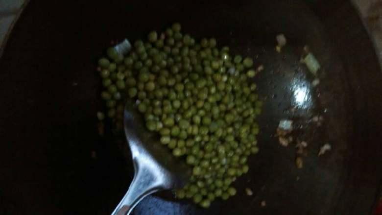 肉末豌豆,最后放入豌豆再炒一下