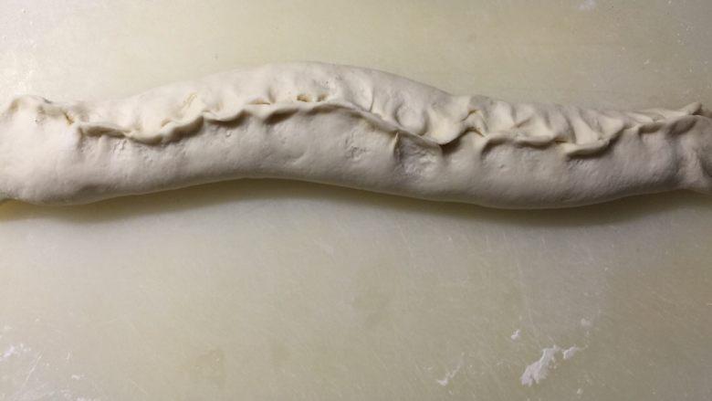 家常椒盐发面饼,卷成长条形边边捏好防止漏油。