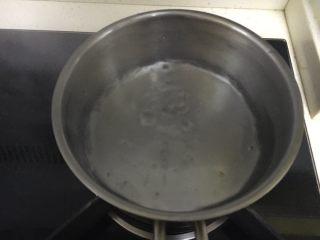 冬阴功汤(泰式酸辣汤),在锅中加入800ml水,煮开。