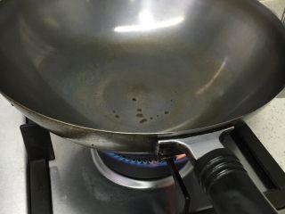 莴笋叶炒虾仁,热锅,不放油,等锅烧热后在加入油,这叫热锅冷油,这步很关键,能不能炒出弹性十足的虾就看这步了!
