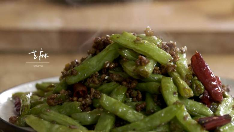 干煸四季豆&养生羊蝎子,四季豆捞出,用干辣椒、芝麻、花椒碎摆盘
