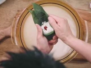 粽子&芥菜咸蛋汤,粽叶中间隔放入米、红枣、豆沙几样食材