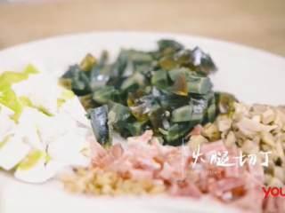 粽子&芥菜咸蛋汤,香菇、海米、鸭蛋、皮蛋、火腿切丁