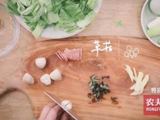 粽子&芥菜咸蛋汤,切皮蛋、火腿、香菇