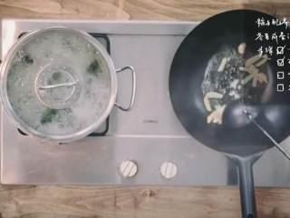 粽子&芥菜咸蛋汤,打鸭蛋,将鸭蛋黄碾碎翻炒