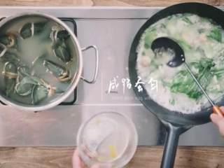 粽子&芥菜咸蛋汤,放入切好的荠菜、皮蛋、草菇、咸鸭蛋白