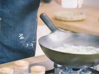 粽子&芥菜咸蛋汤,放入盐、香油、葱花