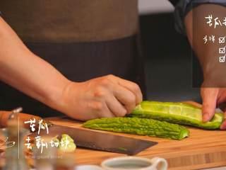 杭椒牛柳&苦瓜排骨汤,对半切开苦瓜,去瓤后切块