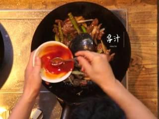 杭椒牛柳&苦瓜排骨汤,锅内倒入牛柳翻炒,加入调好的酱汁翻炒