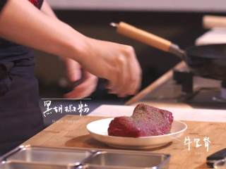 日式厚烧玉子&嫩煎小牛里脊,用黑胡椒粉将牛里脊裹满