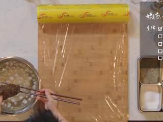 日式厚烧玉子&嫩煎小牛里脊,牛里脊捞出,用保鲜膜裹住,卷好放入冰箱