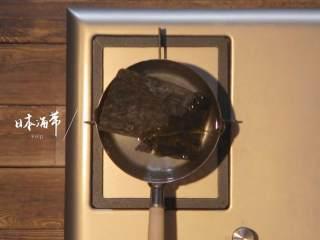 日式厚烧玉子&嫩煎小牛里脊,热锅,倒入适量纯净水,放入日本海带