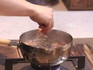 日式厚烧玉子&嫩煎小牛里脊,木鱼花倒入热水锅,再依次倒入适量盐、海鲜素、白醋、生抽,挤入适量柠檬汁
