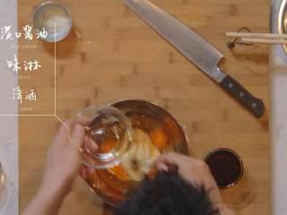 日式厚烧玉子&嫩煎小牛里脊,磨山药汁,倒入鸡蛋盆中,再倒入淡口酱油、味淋、清酒混合物