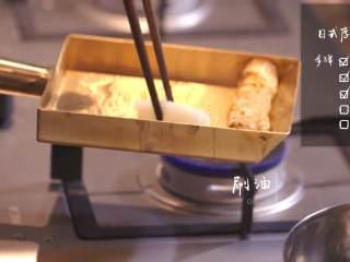 日式厚烧玉子&嫩煎小牛里脊,倒入适量油、鸡蛋液,片刻后卷起,如此重复