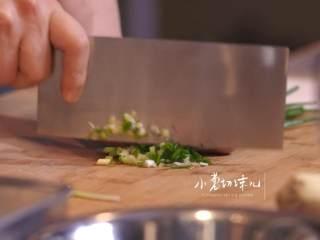 日式厚烧玉子&嫩煎小牛里脊,将姜、小葱去水,小葱切末,姜磨末