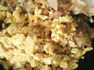 打卤面,下茄丁,面筋,鸡蛋,倒适量酱油翻炒均匀